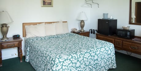 room with queen bed near acadia national park